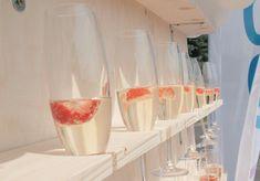 Jak vyřešit welcome drink na vaší párty? Třeba originální prosecco stěnou. Welcome Drink, Prosecco, Glass Of Milk, Drinks, Party, Food, Design, Drinking, Beverages