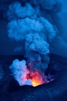 Eyjafjallajökull, Iceland volcano eruption by Christopher Lund Tornados, Natural Phenomena, Natural Disasters, Tsunami, Mother Earth, Mother Nature, Lava Flow, Natural Wonders, Natural World