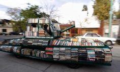 """Raul Lemesoff è un eccentrico artista argentino. A Buenos Aires ha modificato un vecchio tank per combattere l'ignoranza e diffondere la conoscenza. L'artista ha infatti convertito un tank Ford Falcon del 1979 in una sorta di """"veicolo-libreria"""" che riesce a ospitare, grazie a modifi"""