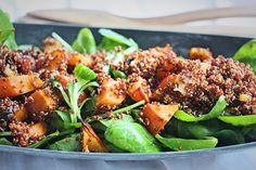 Quinoa je přirozeně bezlepková potravina a dá se využít podobně jako kuskus či bulgur. Ochutnejte náš zdravý podzimní salát s pečenou dýní a čerstvým špenátem! Quinoa, Ethnic Recipes, Food, Diet, Bulgur, Essen, Meals, Yemek, Eten