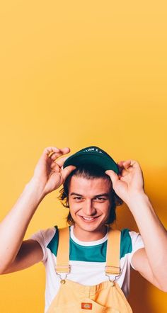Joe keery, stranger things, and yellow image Pretty Boys, Cute Boys, Pretty People, Beautiful People, Joe Kerry, Steve Harrington, Happy Colors, Mellow Yellow, My Favorite Color