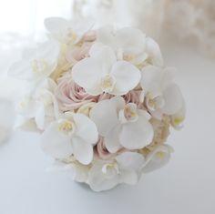 胡蝶蘭とデザートというニュアンスカラーのバラの組み合わせ。ホテルニューオータニ様へお届けしたブーケでした。2つにシェアできるブーケです。花嫁様からお礼のメ... Summer Wedding Bouquets, Bride Bouquets, Flower Bouquet Wedding, Floral Wedding, White Orchid Bouquet, Pastel Bouquet, White Orchids, Bridal Flowers, Flower Arrangements