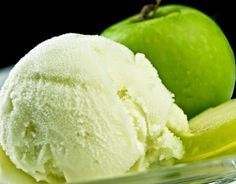 Boil the Granny Smith apples in a frying pan together with apple and 1 / citric acid, on medium heat for about 20 '.We still cook them in the blender. Apple Ice Cream, Ice Cream 4, Sorbet Ice Cream, Yummy Ice Cream, Ice Cream Pies, Ice Cream Desserts, Frozen Desserts, Ice Cream Recipes, Frozen Treats