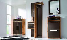 Garderobe mit brauner Hochglanzfront und Holzkorpus