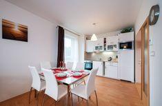 Tento apartmán umožňuje ubytování až pro 7 osob. Zařízení je pojato v moderním stylu.   V kryté lodžii si můžete vychutnat snídani při vycházejícím slunci nebo možnost večerního grilování, či posezení za jakéhokoliv počasí.