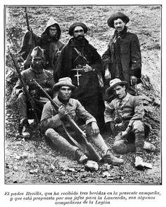 El padre Revilla, que ha recibido tres heridas en la presente campaña, y que está propuesto por sus jefes para la Laureada, con algunos compañeros de la Legión.