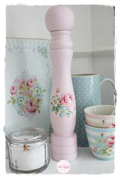 @ Sommerhusliv Hele Aaret: Pepper grinder painted pink, decoupaged with a cutout from Greengate serviette