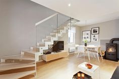 Trapp med stålvange og glassrekkverk New Homes, Stairs, Staircases, Design, Home Decor, Stairway, Decoration Home, Room Decor