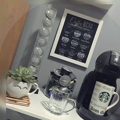 Muito fofo esse cantinho do café #decoração #decor #decora #decoration #desing #decorando #aparador #apartamento #apartamentopequeno #apartamentodecorado #cantinhodocafe Coffee Area, Coffee Mix, Coffee Bar Home, Coffee Stands, Coffee Love, Coffee Shop, Mini Cafeteria, Coffee Corner Kitchen, Tea Station