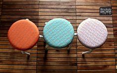 Coloque capas coloridas nos seus banquinhos e o ambiente monocromático ficará alegre e divertido.