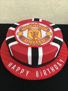 Torta falsa Manchester United 70th Birthday Cake For Men, Football Birthday Cake, Manchester United Birthday Cake, Soccer Ball Cake, Birthday Party Photography, Unique Cakes, Girl Cakes, Celebration Cakes, Themed Cakes