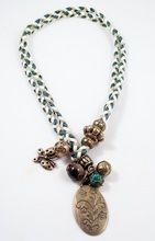 Bixut - Collar Coraline verde. Realizado en ágata, ante, lazo y piezas de metal de fantasía.