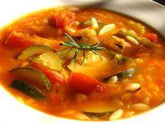 Zdrava i veoma ukusna, prepuna šarenog povrća i vitamina potrebnih u hladnim zimskim danima. U šerpu naspite maslinovo ulje. Povrće izrežite p...
