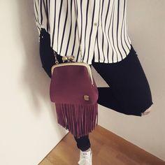 Berthe à franges Bordeaux #mamanetrose #cuir #leather #bag #handbag #bourse #fringes #frange #bordeaux #skull #outfit #chemise #rayure www.mamanetrose.com