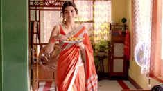 After giving stellar performances in Raabta Bareilly Ki Barfi and Stree the actor will now be seen in Luka Chuppi opposite Kartik Aaryan. Here, we decode her look from the film Indian Ethnic, Indian Girls, Indian Art, Bollywood Girls, Bollywood Stars, Kriti Sanon Saree, Girl Next Door Look, Ethnic Looks, Small Town Girl