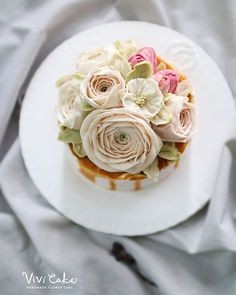"Rice baking "" Salted caramel rice cake + Caramel sauce "" White beanpaste Flower. . . Hanoi ranunculus, Tulip, Helleborus . . Done by_Vivi teacher . #플라워케이크 #앙금플라워 #앙금플라워떡케이크 #앙금플라워케이크 #베이킹 #쌀베이킹 #습식쌀케이크 #korea #flowercake #ricecake #koreanflowercake #beanpaste #buttercreamflowercake #flowers #wilton #cake #cakedecoration #piping #vivicake #글루텐프리 비비케이크 vivicakeclass@gmail.com Vivicake studio"