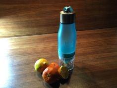 H2O 650ml Wasser-Trinkflasche mit integrierter Zitruspresse, blau - Stelle Dir dank integrierter Zitruspresse leckeres Wasser für unterwegs her. Direkt in der Flasche.