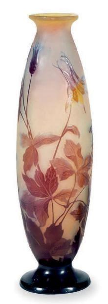 Émile GALLÉ (1846-1904) Vase sur fond blanc à décor dégagé à l' acide de lys violet, signé. Haut.: 38,5 cm