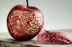 Funny pictures about Amazing Apple. Oh, and cool pics about Amazing Apple. Also, Amazing Apple. L'art Du Fruit, Fruit Art, Watermelon Fruit, Arte Peculiar, Snow White Apple, Red Apple, Cool Pictures, Cool Photos, Amazing Photos