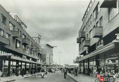 De Hermanus Boexstraat, gezien in de richting van het 18 Septemberplein. De winkels zijn gebouwd tussen 1953 en 1959.