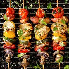 Zeleninové špízy na grilu s bylinkovým dipem