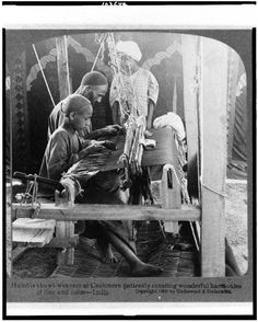 Shawl-weavers at Kashmir patiently creating wonderful harmonies of line and color - 1903 Rare Photos, Vintage Photos, Handloom Weaving, States Of India, History Of India, Vintage India, History Facts, Sri Lanka, Backdrops