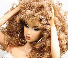 natural hair barbie moi j'en ai mare de dompter mes cheveux pour faire plaisir aux autres je les laisse gonfler prendre du volume friser comme ils veulent : je suis rebelle du cheveux Wm.