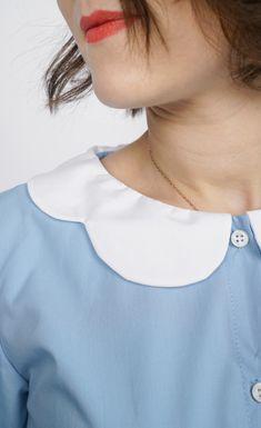 La souplesse du volume et la légèreté des volants rendent cette blouse idéale pour un look féminin et vaporeux ! Un joli col claudine à feston ou un col à froufrou à réaliser dans la même matière ou en galon brodé, un brin rétro. Un style affirmé grâce aux poignets boutonnés et aux bas de manches froncées. Ce patron offre deux versions de cols. #prettypatron #prettymercerie #blouseeulalie #mercerieenligne #tissu #sewingpattern #patrondecouture Pretty Mercerie, Brin, Style, Back Walkover, Cowls, Sleeves, Fabric, Swag, Outfits