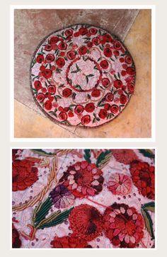 Cojines bordados de Oaxaca en Casa de Monica Cárdenas Ruiz Velasco. - Haciendo textiles. | Foto por Rebecca Bewick, Septiembre 2014. //
