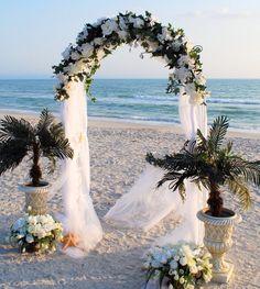 Arco matrimonio con teli di tulle bianco e mix di fiori bianchi