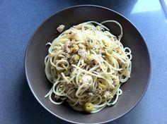 Espagueti con atún y aceitunas rellenas. Ver receta: http://www.mis-recetas.org/recetas/show/31114-espagueti-con-atun-y-aceitunas-rellenas