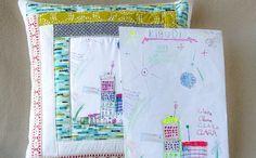 Impressão na almofada fica igual ao desenho da criança. Clique na imagem para conferir! (Foto: Criações em Família e Cia.)