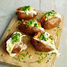 Gepofte zoete aardappel - Jamie Magazine • 1 el olijfolie • 4 grote zoete aardappels • 30 g boter • 230 g rijpe brie • 4 lente-uitjes, in dunne ringen • handvol bieslook, fijn ...