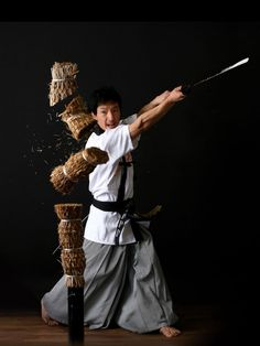 The true principles of Haidong Gumdo ® is to execute justice with the sword light, obtained at the break of day from sunlight that glows over the East Sea. Samurai Poses, Samurai Art, Samurai Warrior, Samurai Swords, Kung Fu, Sword Poses, Korean Martial Arts, Geisha, Fighting Poses