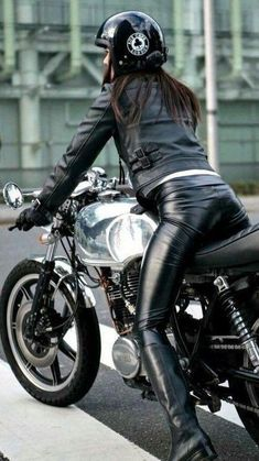 Leather Lady ❤️ – Motorcycle Girls❤️ – Source by frauenbrauch Motorbike Girl, Motorcycle Outfit, Motorcycle Girls, Scooter Girl, Lady Biker, Biker Girl, Motocross, Motard Sexy, Ducati Monster
