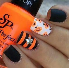 Black And Orange Pumpkin Stripe Nails nails nail halloween nail art halloween nails pumpkin nails stripe nails fall nails Cute Halloween Nails, Halloween Nail Designs, Halloween Halloween, Pretty Halloween, Halloween Nail Colors, Modern Halloween, Cute Nails, Pretty Nails, My Nails