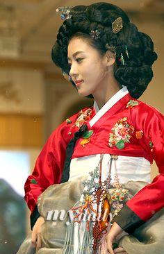 '황진이' 하지원, 'Hwang Jini (Hangul: 황진이; hanja: 黃眞伊) is a Korean drama broadcast on KBS2 in 2006. The series was based on the tumultuous life of Hwang Jini, who lived in 16th-century Joseon and became the most famous gisaeng in Korean history. Lead actress Ha Ji-won won the Grand Prize (Daesang) at the 2006 KBS Drama Awards for her performance.