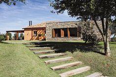 Casa de campo com fachada de pedras. http://www.decorfacil.com/fachadas-de-casas-de-campo/