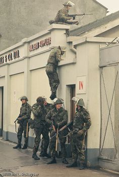 British Army snipers climb onto a roof - As part of the British Army security operation, snipers are placed in vantage points in Newry British Army Uniform, British Soldier, Northern Ireland Troubles, Suffragettes, British Armed Forces, Army Camouflage, Royal Marines, Military Pictures, Band Of Brothers