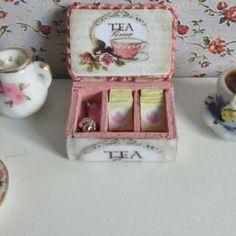 Dollhouse Esc 1:12 Caja de te + sobres de té + colador de té