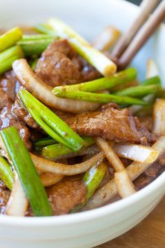 Onion Scallion Beef - Tender, juicy beef stir-fried with onions and scallions in a Chinese brown sauce. Delicious and easy recipe that takes only 20 mins. Meat Recipes, Asian Recipes, Cooking Recipes, Healthy Recipes, Recipies, Easy Delicious Recipes, Yummy Food, Tasty, Chinese Brown Sauce