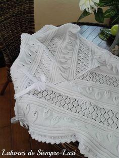 """Con esta toquilla de bebé para mi futura nieta """"Paula"""",comienzo un nuevo año tejeril en el que habrá,de nuevo, prendas para bebé ya que e... Chrochet, Knit Crochet, Baby Cardigan, Baby Blanket Crochet, Baby Knitting, Lace Shorts, Knitwear, Knitting Patterns, Baby Knits"""
