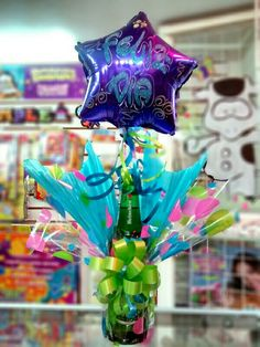 Ancheta feliz día! Liquor Bouquet, Candy Bouquet, Balloon Bouquet, Birthday Candy, Birthday Balloons, Diy Birthday, Creative Gift Wrapping, Creative Gifts, Craft Gifts