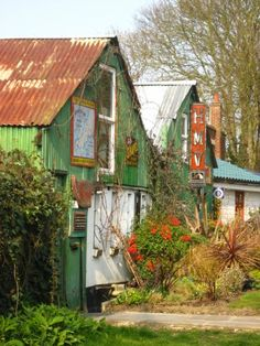 Eel Pie Island, Twickenham No cars, no bikes reached only by footbridge or boat. Richmond Surrey, Richmond Upon Thames, Richmond Park, Richmond London, Beautiful Streets, Beautiful World, Beautiful Places, Places To Travel, Places To Visit
