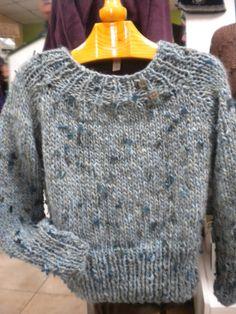 Echadle un vistazo a esta maravilla de jersey que se ha hecho una de nuestras alumnas en los talleres de La Tijera y el Dedal. La lana que ha utilizado es de un grueso más gordito, que le da una calidez notable. Fijaos en la diferencia de punto del cuello, cintura y puños.