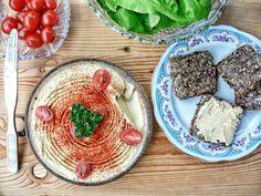 Hummus. Typické jedlo arabských krajín a Turecka. Ak by ste raz navštívili napríklad Dubaj, tak vás možno prekvapí, že robia hummus oveľa kyslejší vďaka citrónovej šťave a cítiť v ňom aj výraznejšie pražené tahini 😉 #hummus #cícer #strukoviny #bielkoviny #fitrecepty #svaly #nitra #zdravastrava #vyziva #slovensko #slovakia Tahini, Hummus, Acai Bowl, Breakfast, Ethnic Recipes, Food, Acai Berry Bowl, Morning Coffee, Essen