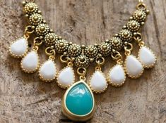 00-collier-gros-fantaisie-bijoux-en-or-cailloux-précieux-blanc-et-bleu-collier-en-or