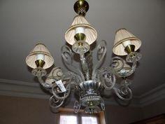 Dans le salon : lustre à six branches de lumières dans le goût