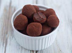 Chokoladetrøfler er super lækre, og så er de bare så nemme at lave. Du skal kun bruge chokolade, fløde og kakaopulver så kan du have trøffelkuglerne klar.