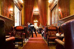 Restaurant in Paris: Le Big Ben bar est un lieu idéal pour vos rendez-vous d'affaires ou bien faire une simple halte gourmande.  Partez à la découverte de nos thés d'exception, club sandwiches et nos pâtisseries fines.  Brunch tous les dimanches de 11h30 à 14h30 sauf juillet et août.  Horaires :  Le bar vous accueille de 7h30 à 23h00 du lundi au samedi  et de 9h00 à 23h00 les dimanches et jours fériés.